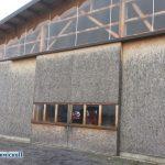 portoni industriali in acciaio nella struttura in truciolato e vetro
