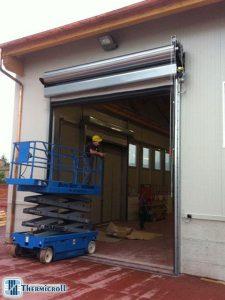 Chiusure industriali: montatori durante l'installazione delle porte
